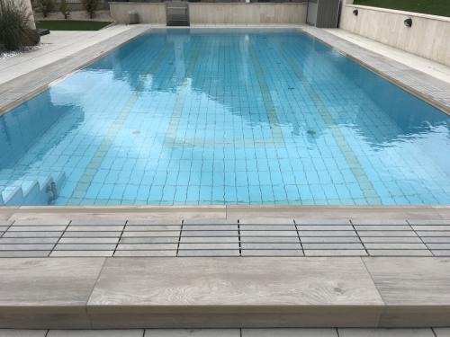 Új építésű, kültéri, feszített víztükrű medence