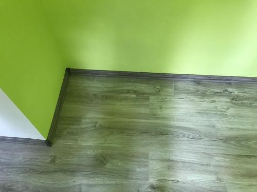 Laminált padlóburkolat szegélylécekkel és a hozzátartozó sarokelemekkel