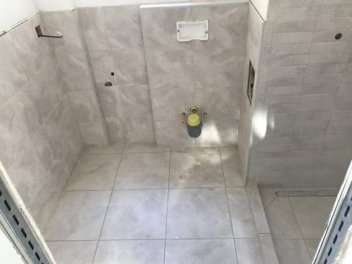 Zuhanyzó burkolat: 60 x 30 cm-es lapok, jázmin fugával