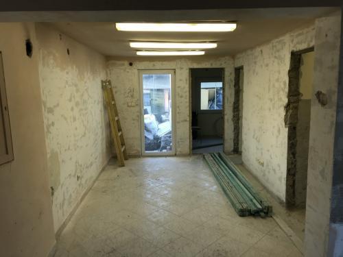 Megcsiszolt falak, kibontott beltéri ajtók