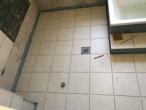 Fürdőszoba padló: 32,5 x 32,5 cm-es gres porcelán burkolat