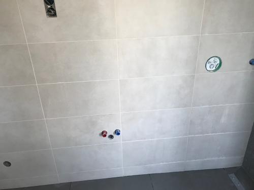 Földszinti fürdőszoba falburkolat: 60 x 30 cm