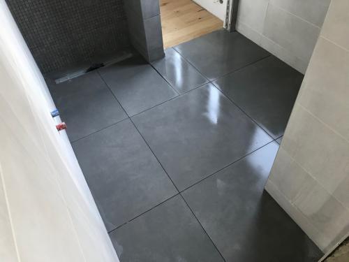 Földszinti fürdőszoba padlóburkolat: 75 x 75 cm