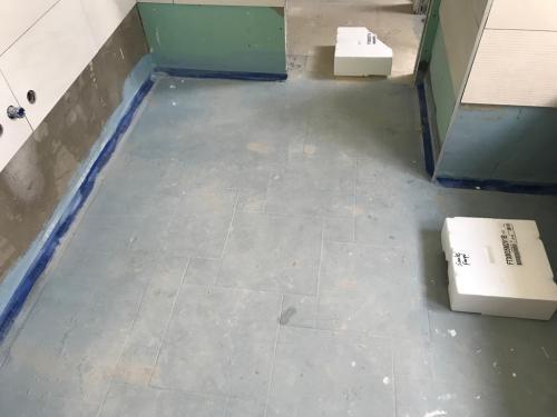 Fürdőszoba padló burkolása 6 mm-es 160 x 160 cm-es burkolólappal