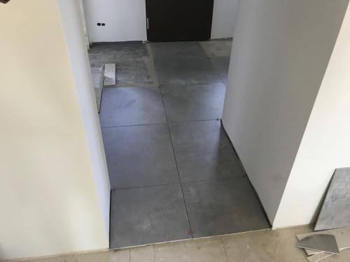 Közlekedő padló: 75 x 75 cm-es burkolat