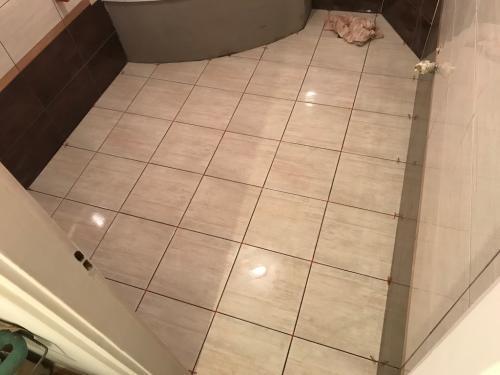 Fürdőszoba padlóburkolat: 33 x 33 cm-es burkolólap
