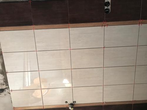 Fürdőszoba falburkolat: 40 x 25 cm-es kerámia burkolólap díszcsíkkal