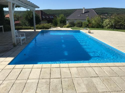10 x 5 méteres, kültéri, süllyesztett víztükrű úszómedence