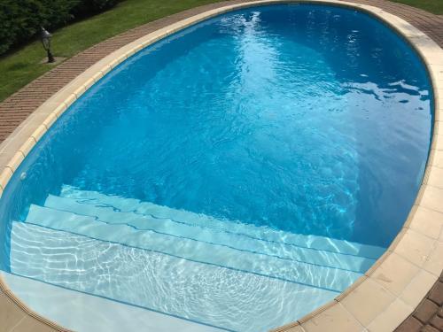 Ovális, kültéri, süllyesztett víztükrű úszómedence