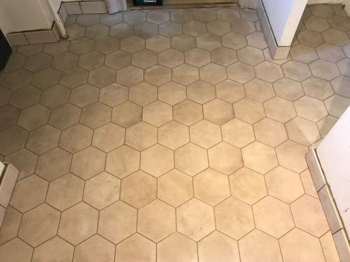 Hexagon padlóburkolat homok színű fugával