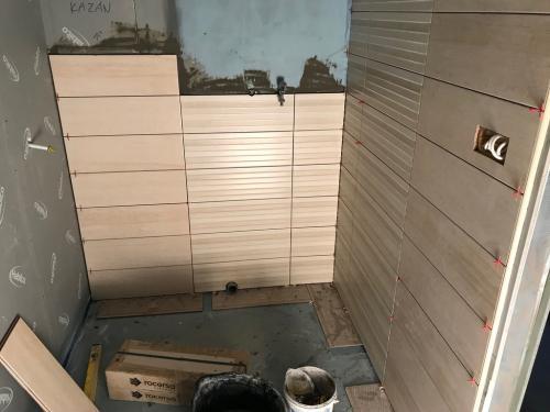 Fürdőszoba faburkolat: 60 x 20 cm-es kerámia
