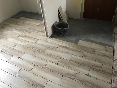 Konyha padlóburkolat: 60 x 17,5 cm-es famintás gres porcelán anyagú burkolólap