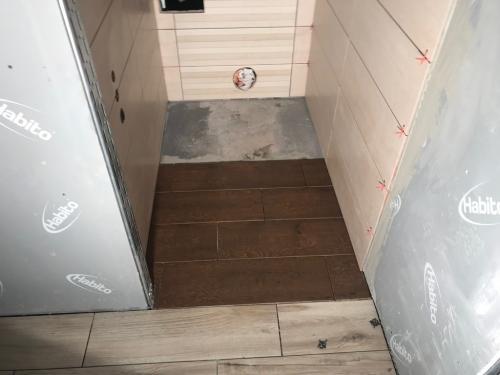WC padlóburkolat: 60 x 18,5 cm-es fa mintás gres porcelán