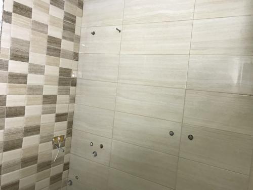 Fürdőszoba falburkolat: 60 x 25 cm-es fényes burkolólapok