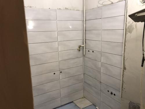 Fürdőszoba burkolat: 60 x 20 cm-es kerámia lap