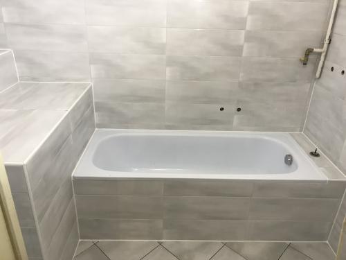 Kifugázott fürdőszoba burkolat: penészedés gátlóval készült fehér fugával