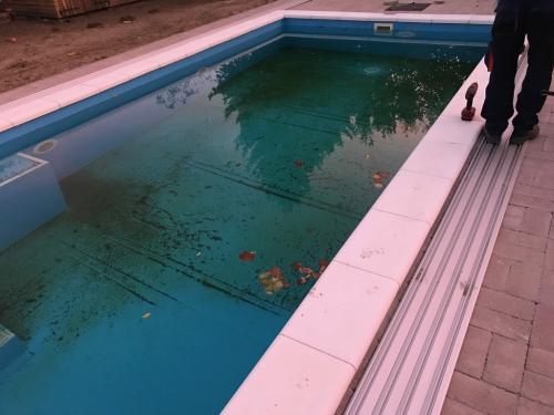 Úszómedence fedés: sín rögzítése