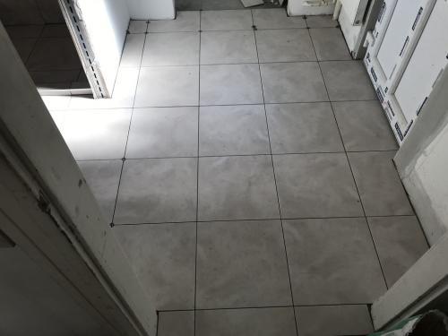 Előszoba padlóburkolás: 42 x 42 cm-es burkolólapokkal