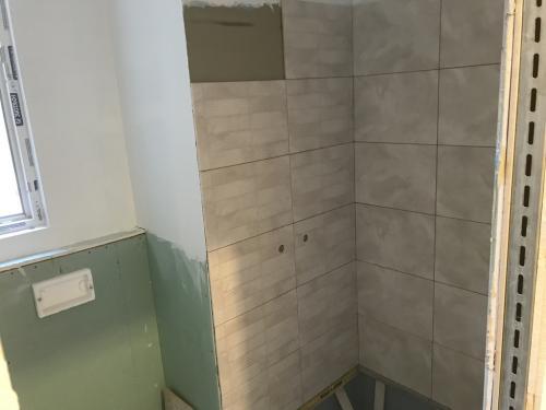 Zuhanyzó burkolat: 60 x 30 cm-es lapok