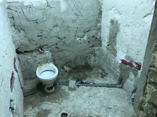 Elkészült fürdőszoba víz- és lefolyószerelés
