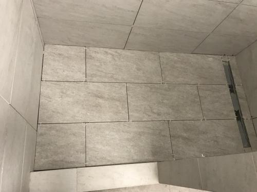 Zuhanyzó padlóburkolat