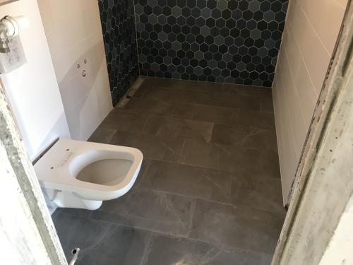 Fürdőszoba padlóburkolat: 60 x 30 cm