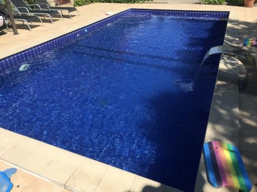8 x 4 méteres kültéri, vasbeton, csempe burkolatú úszómedence