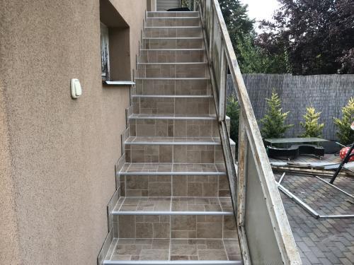 Kifugázott lépcső: bézs színű fugaanyag