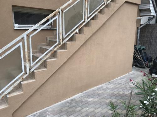 Lépcső: színezővakolat